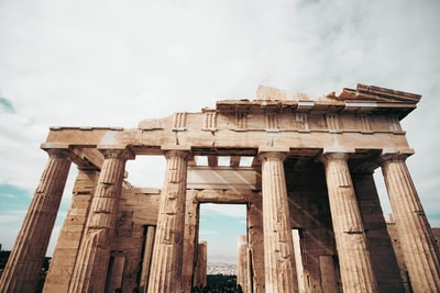 How to tell the difference between villas and castles in Greece